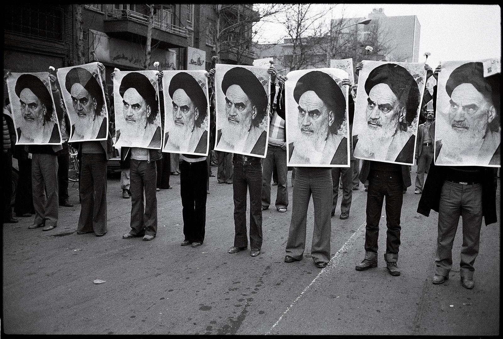 Militants islamistes - portraits de l'ayatollah Khomeini en 1978 - Histoire - Terminale - SchoolMouv