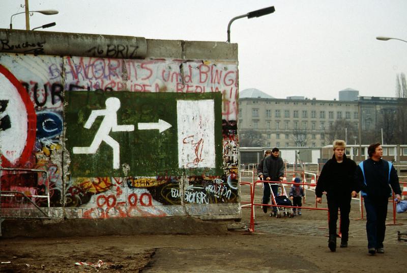 Des berlinois après la chute du mur - décembre 1989 - SchoolMouv - Histoire - Terminale